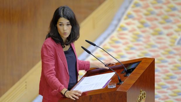 Isa Serra, portavoz de Unidas Podemos, durante su réplica a Ayuso en la Asamblea
