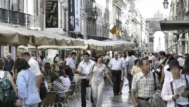 Turistas en una calle transitada de Lisboa