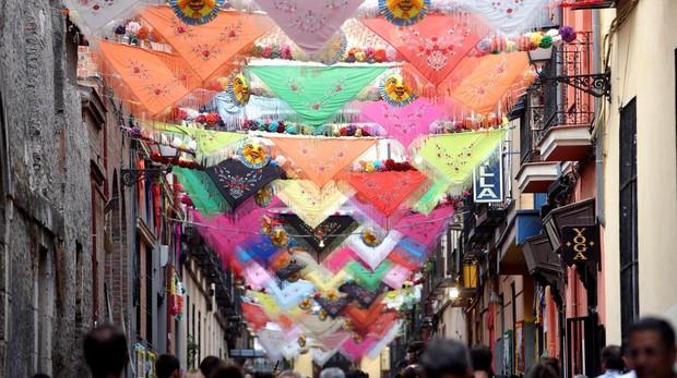 Decoración de las calles de Centro con motivo de las fiestas de La Paloma