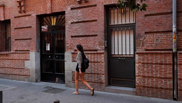 Fachada de la vivienda donde esta madrugada ha sido hallado el cadáver de una mujer con signos de violencia en Madrid