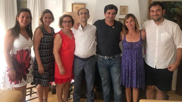 Rafael Lloret junto al alcalde de Borriol, Hèctor Ramos, y su familia