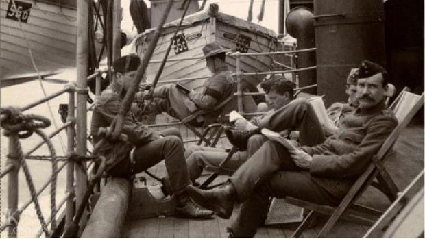 Soldados británicos descansando en el puerto de Las Palmas antes de dirigirse a Sudáfrica
