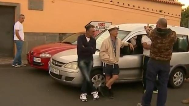 Vecinos a la espera de regresar a sus casas en San Mateo este 20 de agosto