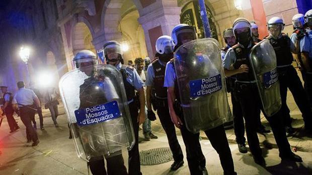 Imagen de archivo de los antidisturbios de los Mossos d'Esquadra en una operación nocturna