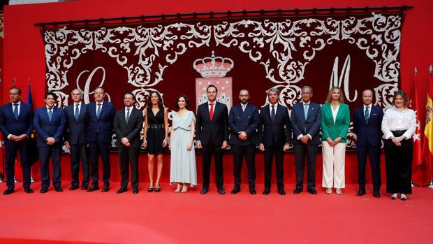 Díaz Ayuso (en el centro, con vestido claro), junto a su equipo de Gobierno