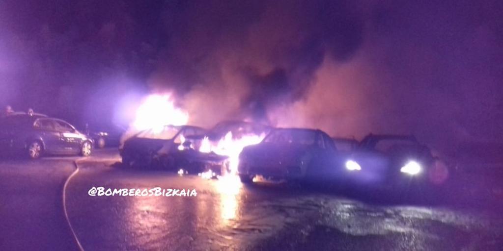 Un incendio calcina 21 vehículos y provoca daños en otros ocho en una empresa de alquiler en Zamudio