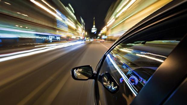 Un coche a gran velocidad