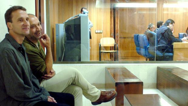 """Los etarras Juan Luis Aguirre Lete (i) y Julián Achurra Egurola """"Pototo"""", sentados en el banquillo de la Audiencia Nacional"""