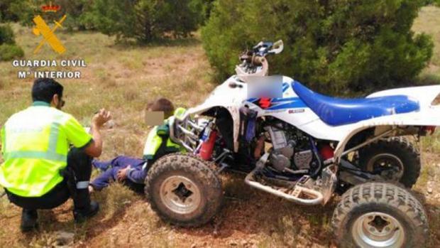 Imagen de archivo de un conductor de quad con un agente