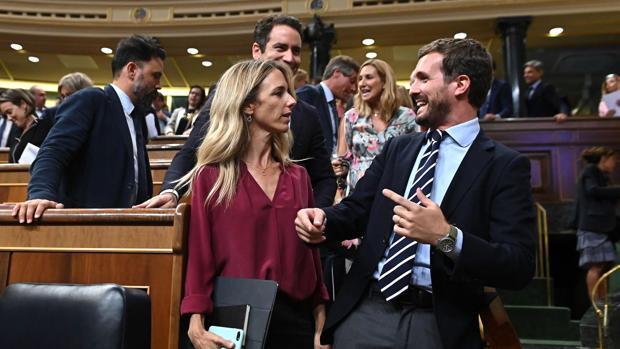 Cayetana Álvarez de Toledo y Pablo Casado, en el Congreso