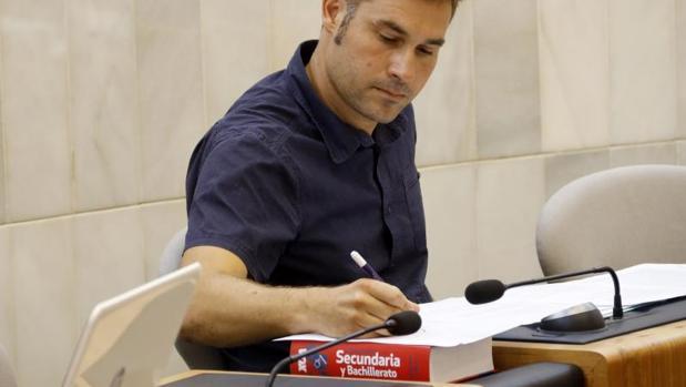 El portavoz de Compromís en la Diputación de Alicante, Gerard Fullana, con el diccionario de la marca VOX