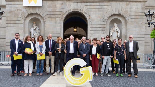 El presidente del grupo municipal de ERC en el Ayuntamiento de Barcelona, Ernest Maragall (c), junto a los concejales de su partido