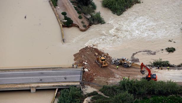 Imagen aérea de la ciudad de Almoradí (Alicante) con la rotura del dique del río Segura
