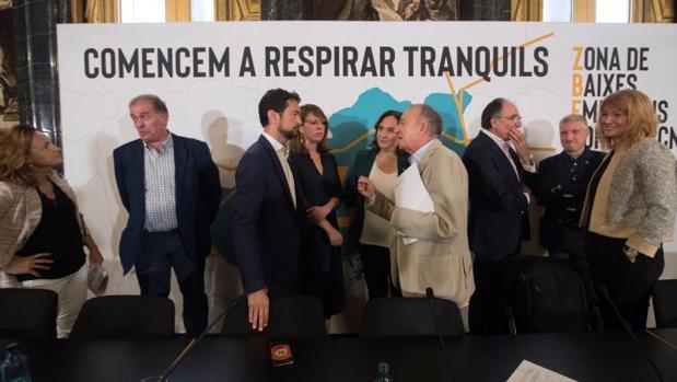 Colau, el conseller Damià Calvet y otros líderes municipales, esta mañana en el Ayuntamiento