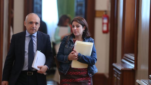 El vicesecretaria general del PSOE, Adriana Lastra, y el secretario general del Grupo Socialista, Rafael Simancas, en los pasillos del Congreso en una imagen reciente
