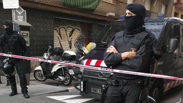 Agentes durante el desalojo de Gràcia