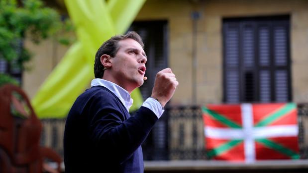 Bildu pide al Parlamento que vete a Casado, Rivera y Abascal en el País Vasco