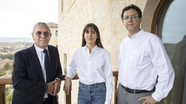 Carlota Casiraghi junto al filósofo Robert Maggiori (I) y el editor Leopoldo Kulesz (D)