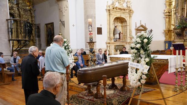 Numerosas personas han acudido este domingo a despedir al obispo de Zamora, Gregorio Martínez