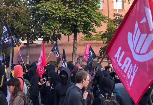 Activistas de La Forja, con el rostro cubierto