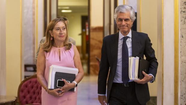 Ana Pastor junto a Adolfo Suárez Illana en los pasillos del Congreso