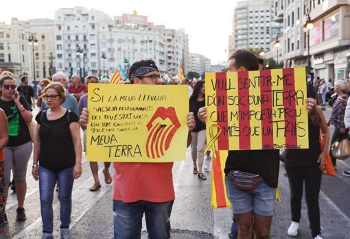 Carteles de participantes en la manifestación