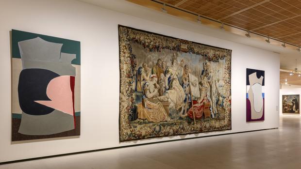 Tapiz «La exaltación de las artes», realizado por la Manufactura de Bruselas en el siglo XVII, junto a obras de Sonia Navarro
