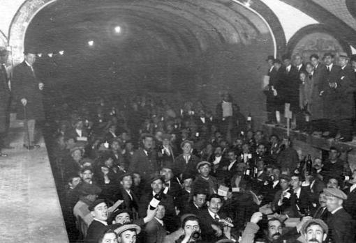 Imagen del banquete ofrecido por la empresa constructora a los obreros que construían el Metro, en enero de 1919, en las vías de la estación de la Plaza de Bilbao