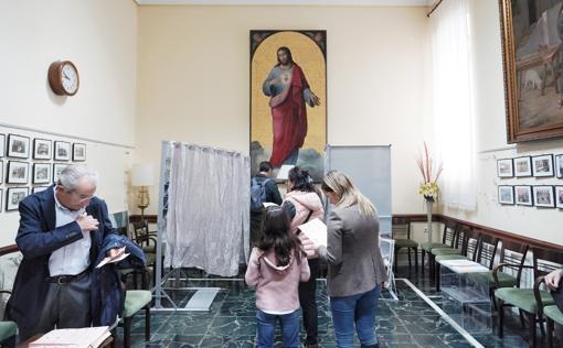 Imagen de las votaciones en un colegio electoral de Valencia