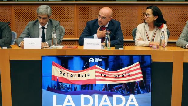 Jorge Buxadé (centro) y Mazaly Aguilar, en una conferencia sobre la Diada en Bruselas, el pasado mes de septiembre