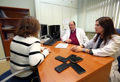 La psiquiatra de la UCA de Toleoo, Marta Soto, junto con el doctor Eduardo Mirón