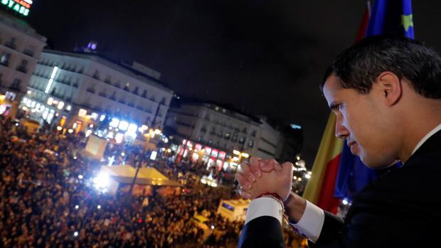 Juan Guaidó en el balcón de la Real casa de Correos de Madrid