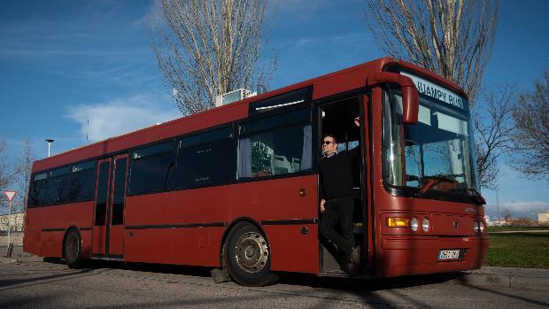 «El alquiler es caro y por eso vivo en un autobús»
