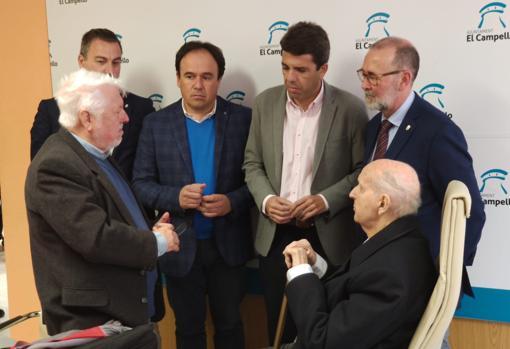 Santiago Grisolía (sentado) junto al alcalde de El Campello, el presidente de la Diputación y otras autoridades