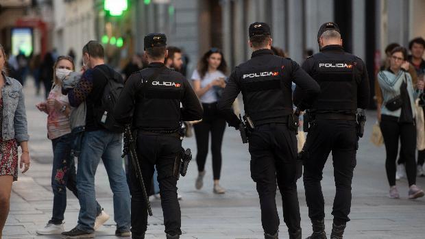 Agentes de la Policía Nacional patrullaban ayer las calles de una localidad española