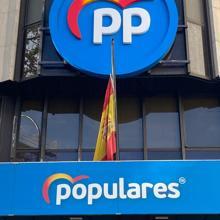 Bandera a media asta en la sede del PP