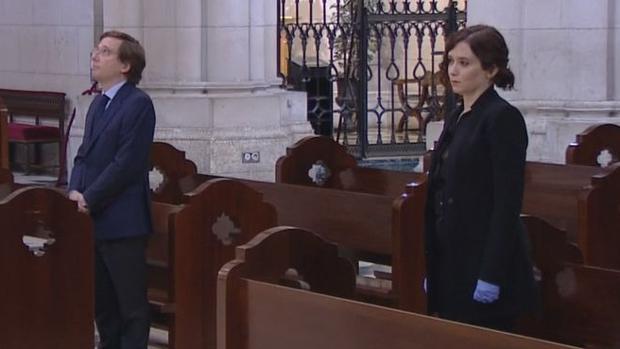 Almeida (izquierda) y Ayuso, en la misa de la catedral de la Almudena por fallecidos en la pandemia del coronavirus