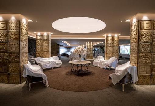 Mobiliario cubieto por sábanas en un hotel de Benidorm