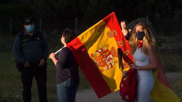 Vecinos con banderas cerca del chalet de Pablo Iglesias
