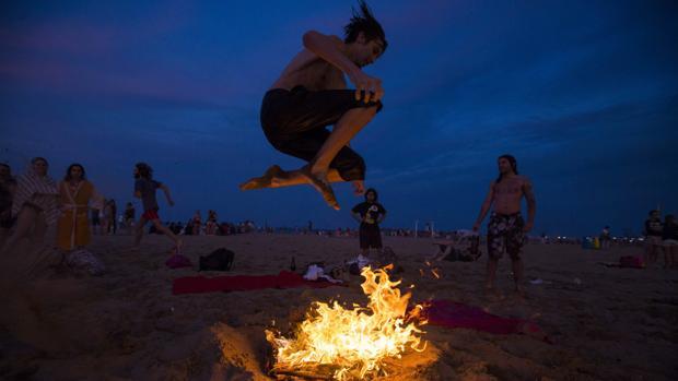 Imagen de archivo de un joven saltando una hoguera de San Juan en Valencia