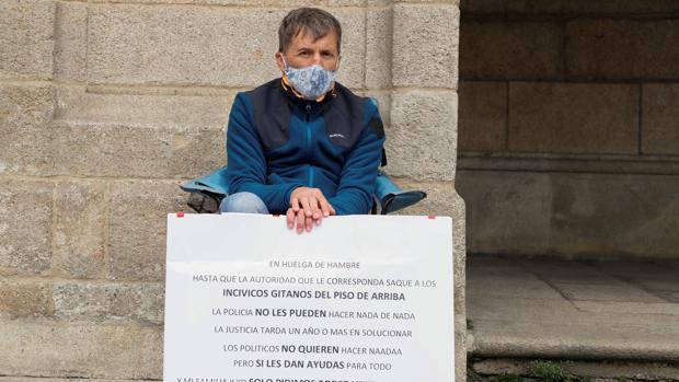 Juan Carlos Rivas, ante el ayuntamiento de Lugo - EFE