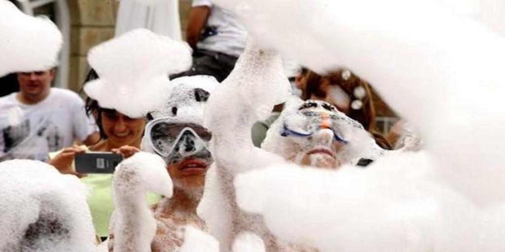 Denuncian a un ayuntamiento de Valladolid por incumplir la distancia social en una fiesta de la espuma