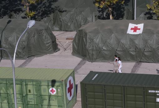 Un militar y dos médicos supervisan las instalaciones provisionales del Gómez Ulla