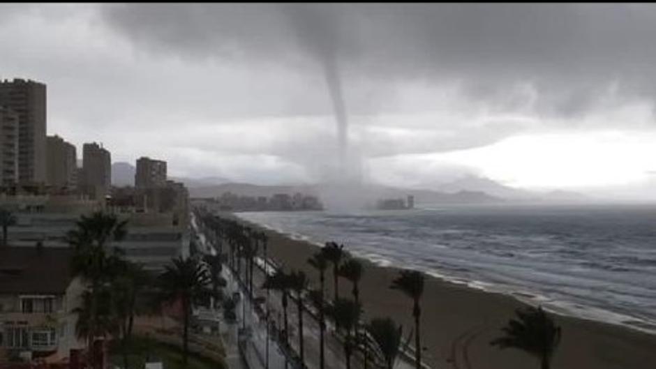 Tremendo tifón arrasa las costas de Tarifa, se recomienda no viajar este fin de semana.
