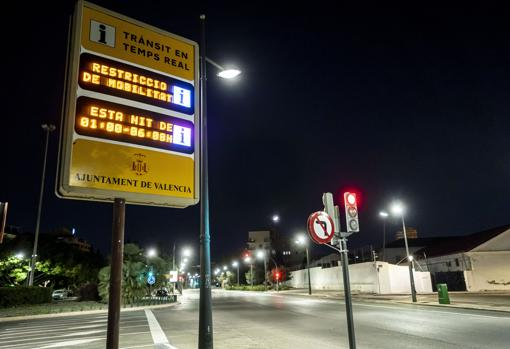 Image of a panel that announces the curfew time in Valencia