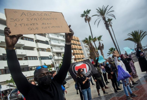 Grupo de personas contrarias a la concentración en la que ha participado Vox