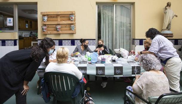 Image of the crochet workshop on the floor managed by Pastoral Penitenciaria in Valencia