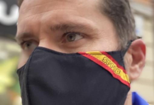 Imagen de un agente con la mascarilla repartida por el sindicato SPPLB