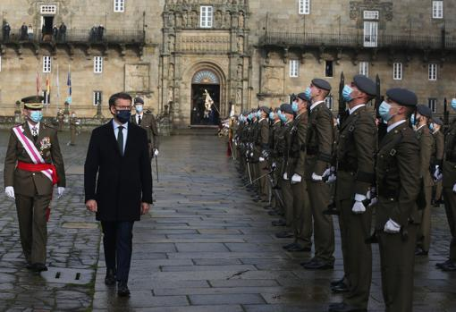 Feijóo pasa revista a las tropas en la Plaza del Obradoiro