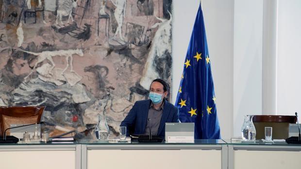 El vicepresidente segundo del Gobierno, Pablo Iglesias, asiste al Consejo de Ministros celebrado este martes en el complejo de La Moncloa